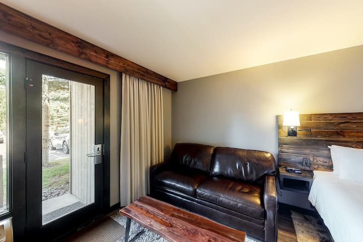 Ski-in/out, forest view room w/ WiFi & shared pool, hot tub, gym - walk to lifts