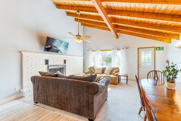 Two-story dog-friendly chalet w/deck, gas grill, mountain views, & shared tennis