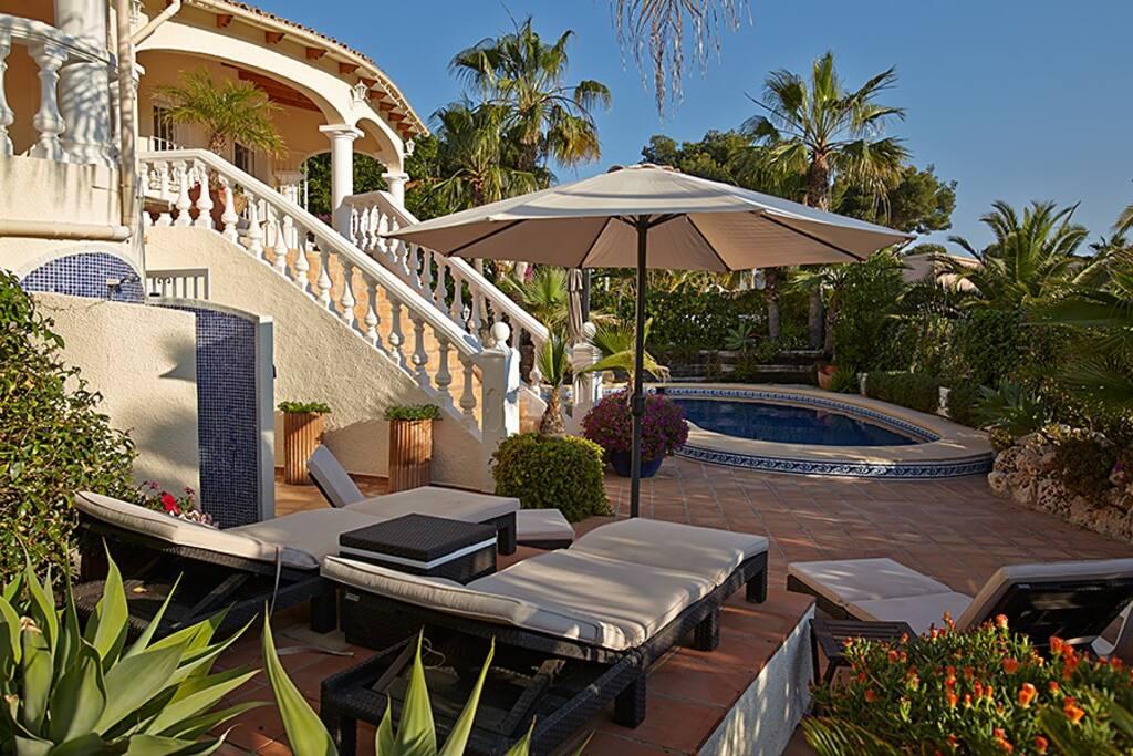 Pool & sunbathing area