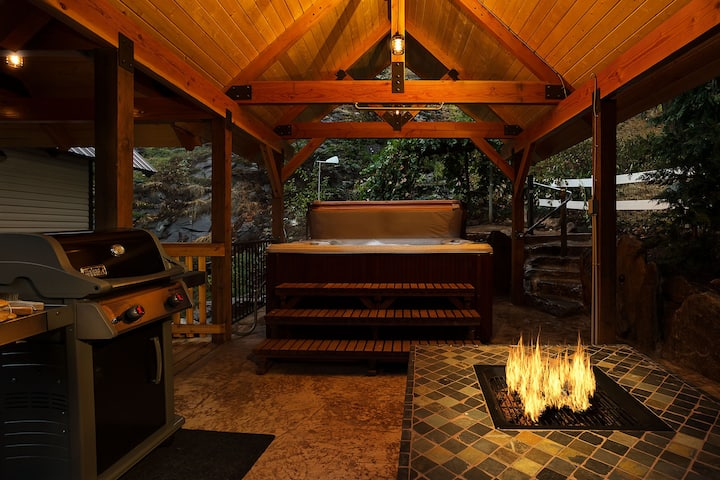 Stunning -Minutes to Leavenworth, Hot Tub, WIFI and so much more- Icicle Ridge Retreat-3 Bedroom, 2.25 Bathroom