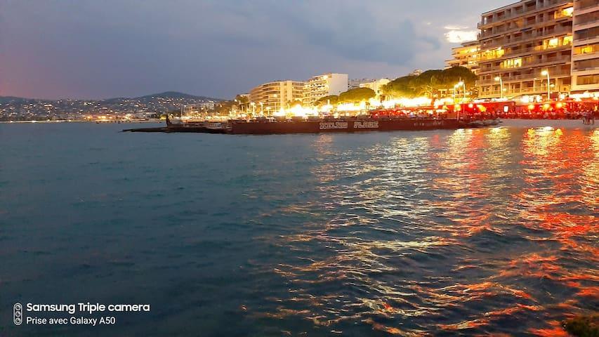Front de mer le soir - coté Juan les Pins