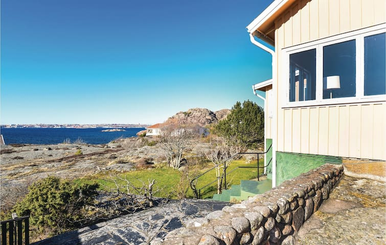 Holiday cottage with 2 bedrooms on 77m² in Fiskebäckskil