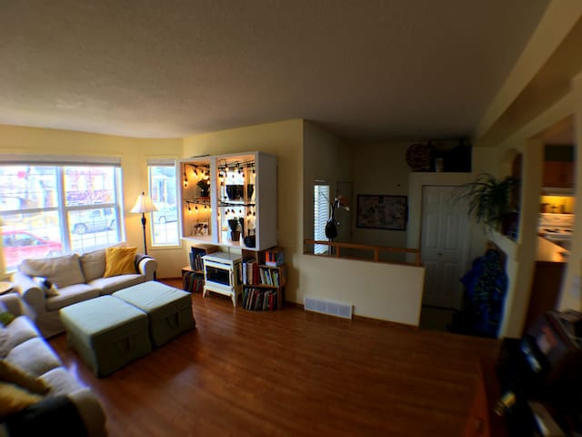 """Yes, I used a wide angle lens.  The room is more """"cozy"""" the """"spacious""""."""