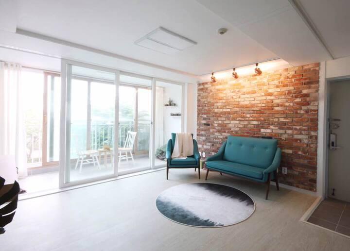 Brand New House (깨끗한 인테리어/ 좋은 위치조건/ 최대5인)