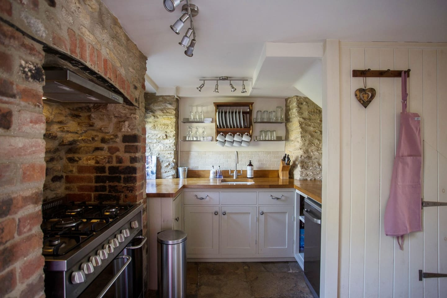Beautiful cottage kitchen with range