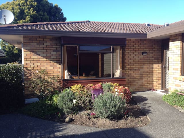 Cosy room meters from Orewa beach - Orewa - Hus