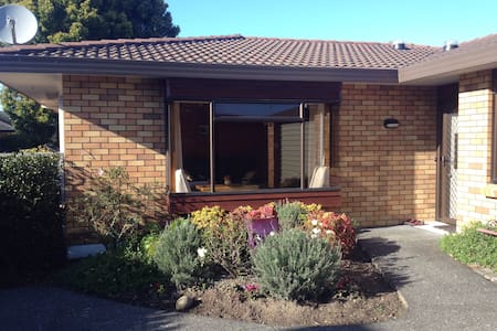 Cosy room meters from Orewa beach - Orewa - Haus