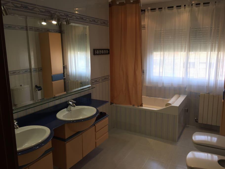 Baño grande, con Jacuzzy. Big Bathroom with Jacuzzy.