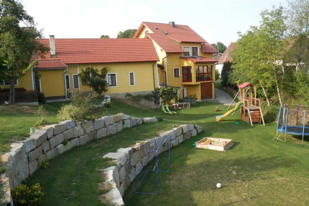Von der Terrasse des Ferienhauses hat man einen herrlichen Ausblick in den ruhigen Garten samt Spielplatz.