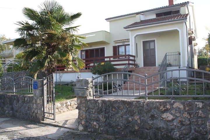 Apartmani Kunek, 200 m from the sea - Vantačići - Huoneisto