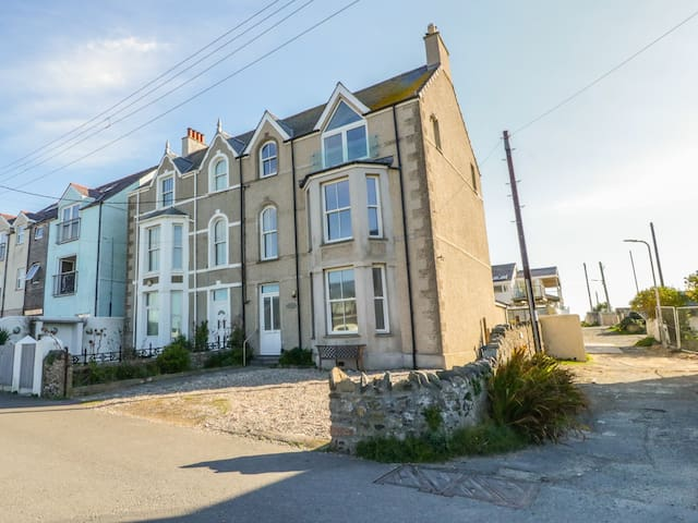 1ST FLOOR FLAT AT WYLFA, pet friendly in Rhosneigr, Ref 993469