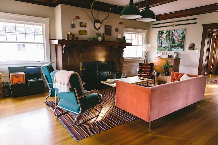 LIVING ROOM : COMMUNITY SPACE