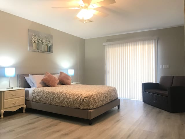 Clean & Cozy (3) 15 mins from the Airport & strip