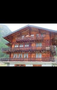 Grand appartement dans un chalet typique en bois