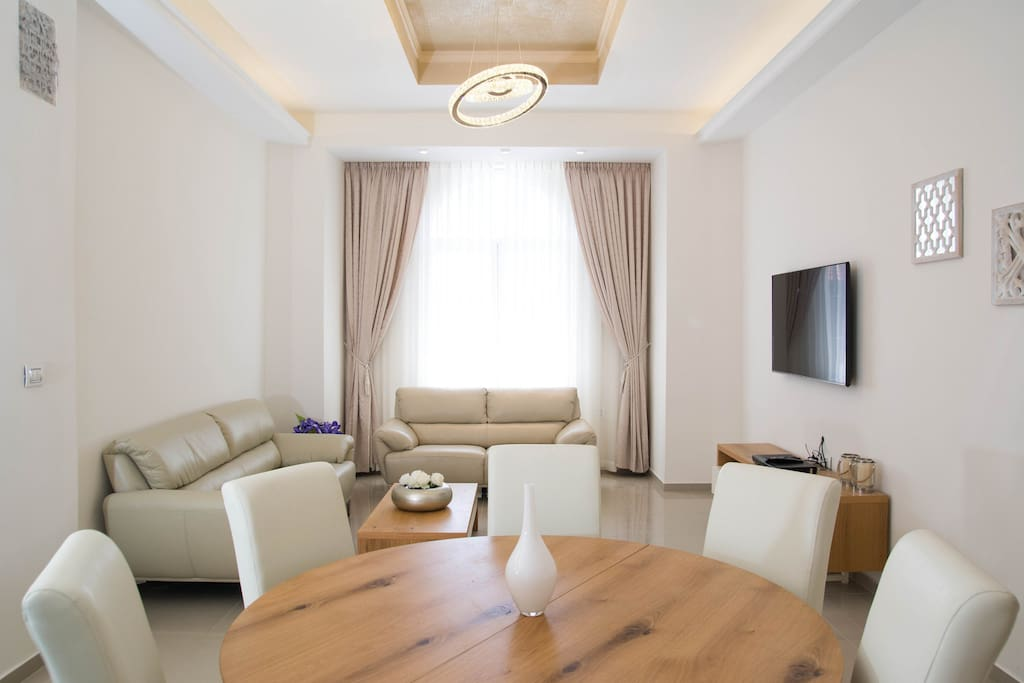 Amazing modern 3 bd king george heart of city for Living room 10m2