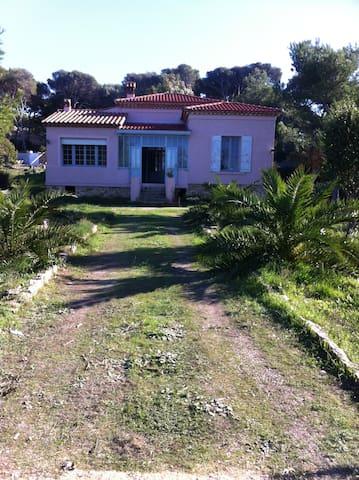 Chambre dans belle demeure vue mer, île du Gaou