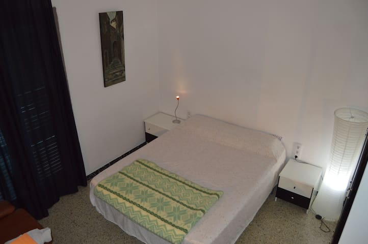 Nice bedroom with balcony and views in Girona - Girona - Apartamento