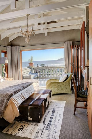 Main bedroom with seaview.