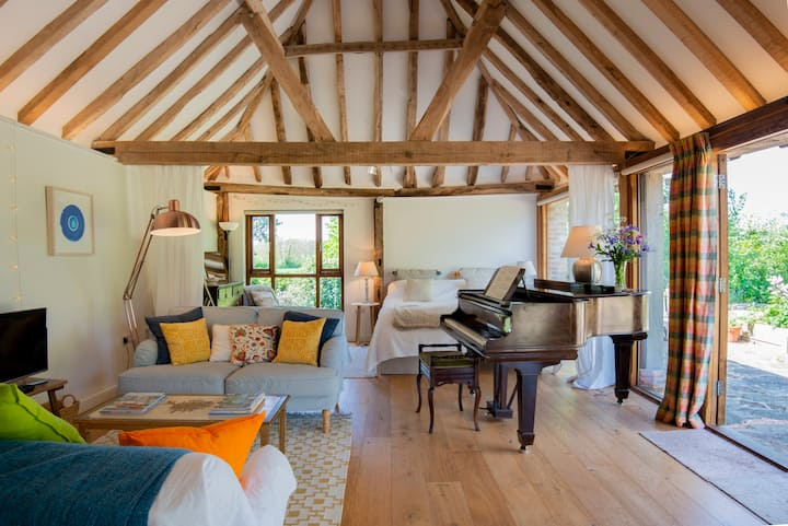 Peaceful rural studio with piano, The Tractor Shed
