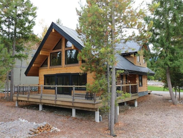 Beautiful Log Home - Near Kicking Horse Resort