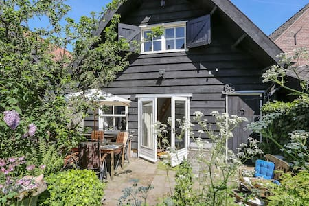 Beautiful guesthouse inside an old barn! - Goedereede - Stuga