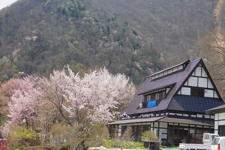 R2: Large, traditional house with hot spring spa!
