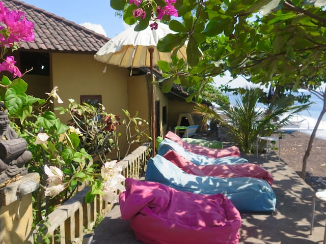 3 secluded rooms - RIGHT IN FRONT OF THE OCEAN!!