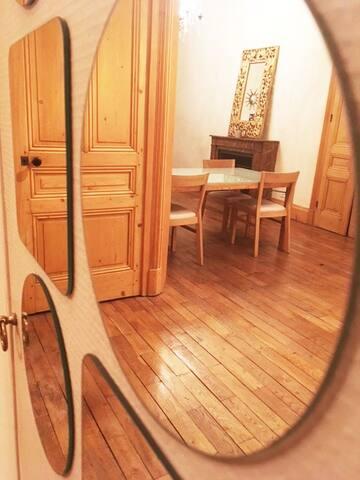Salon vu du couloir d'entrée