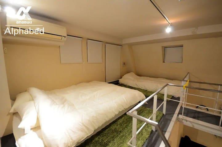 ロフトにはダブルフロアベッド、シングルフロアベッドを備えています。