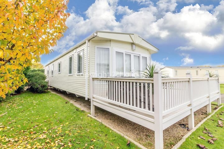 Luxury 6 berth caravan with decking at Cherry tree holiday ref 70014G