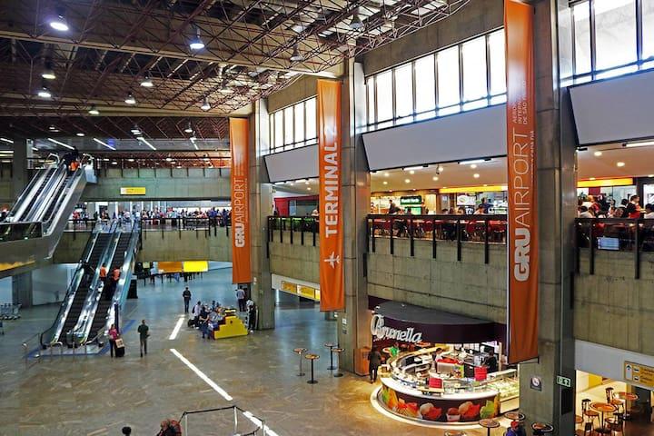 Espaçoso Quarto c/Ar Cond_FREE WIFI-15min Airport