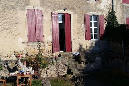 Belle maison en pierre entourée de vignes - Ladaux - 独立屋