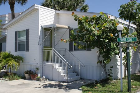 Two Bedroom Two Bath House by Atlantic Ocean - Fort Pierce - Pis