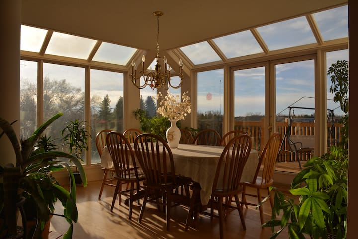 Calgary SW Bright Home BnB