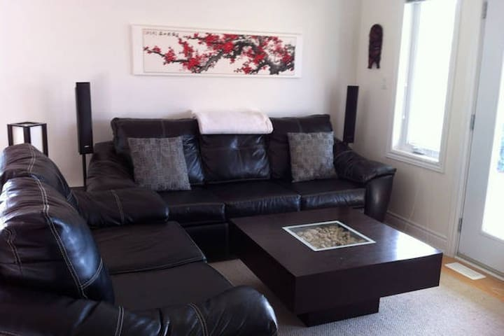 Clean, creative and spacious (upstairs) - Petawawa