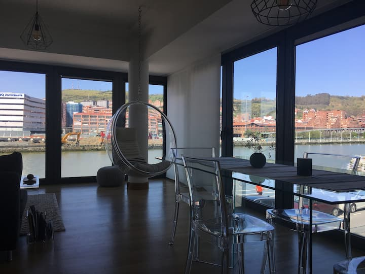A studio with a river view in Bilbao