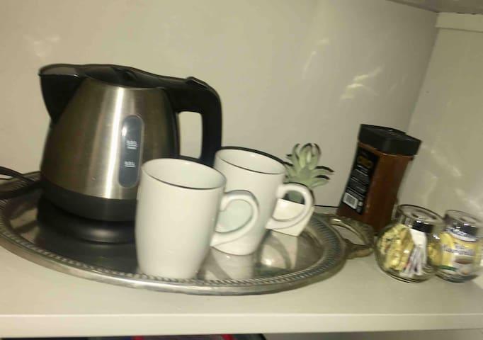 Tetera, agrega agua, conéctala y listo! Agua caliente para tu café o té!!