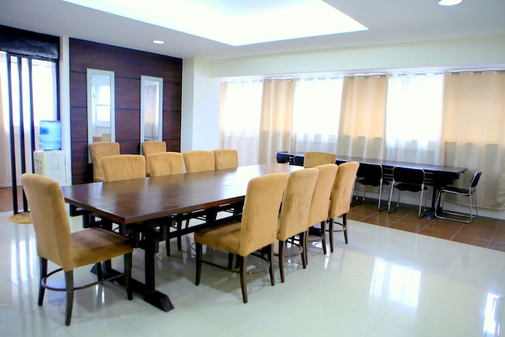 Huge 2BR Roxas Blvd. Condo Perfect for BIG groups - Pasay - Apartment