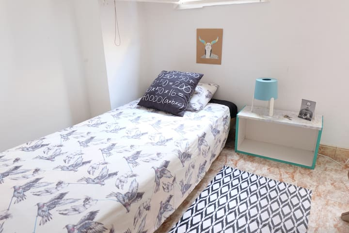 Cozy room...only for girls, near Sagrada Familia!