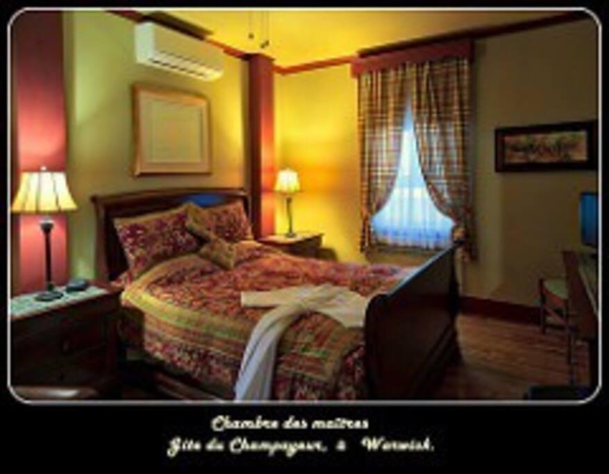 Chambre Des Maîtres , au rez-de-chaussée. ( salle de bain attenante , climatisation, lit Tempur Pedic , télévision avec câble et Wi-fi )