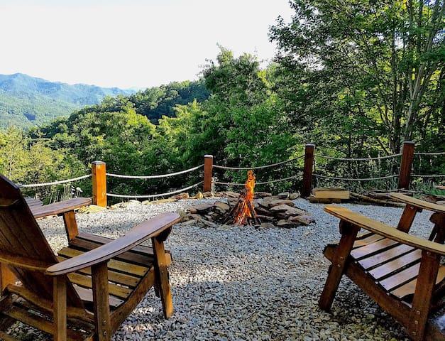 Romantic Mtn. Views-Sparkling Hot Tub-FirePit-Peaceful Privacy-WiFi-Shuffleboard