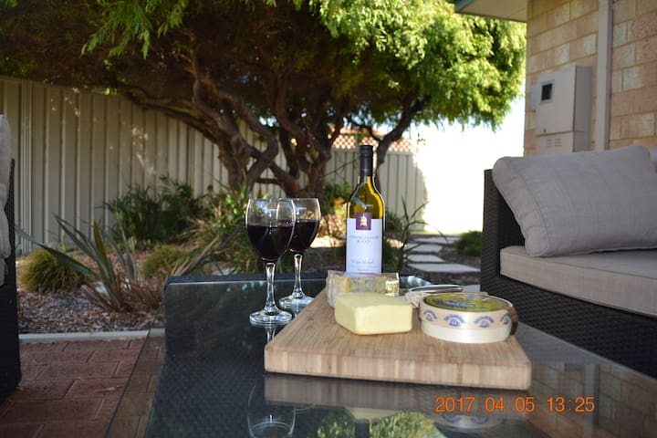 Lucy's Lodge: Close to Beach, Park, Town & Jetty - Geographe - Casa