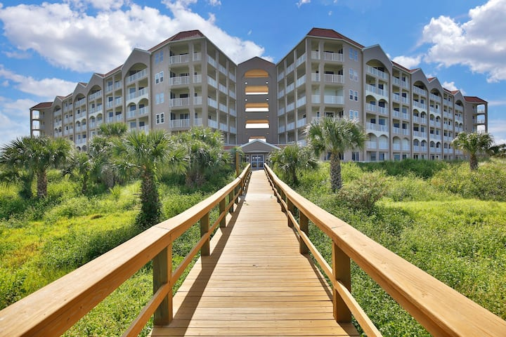 Oceanfront penthouse condo w/shared pool overlooking the beach