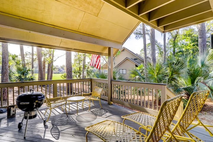Two-story townhome w/ two shared pools & tennis - a quick walk from the beach