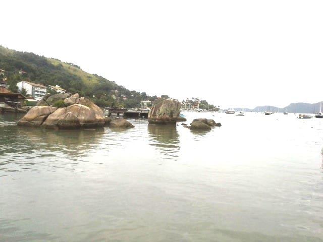 O mar aqui não da pra mergulhar mas é perfeito pra relaxar