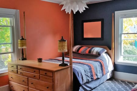 Our bright, cheery and sunfilled orange room - Portland