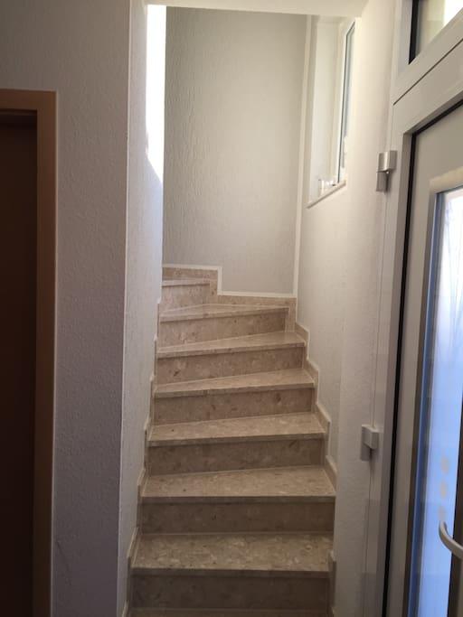 Treppe zum Schlafzimmer und Badezimmer