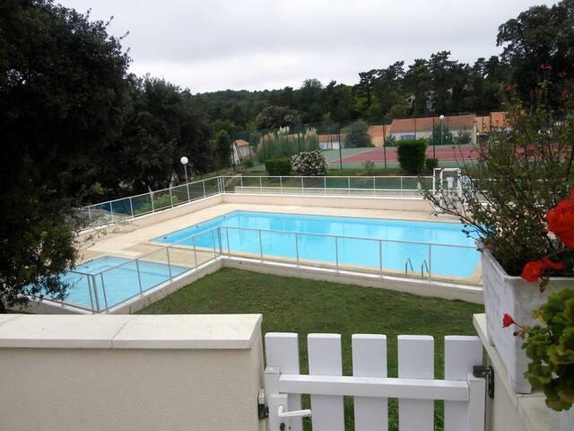 Pavillon tout confort  surplombant Piscine-Tennis.