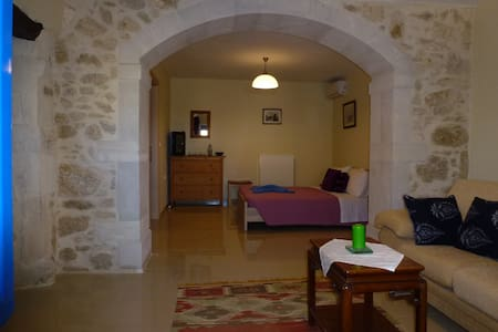 Rent private rooms in village house in Eleftherna