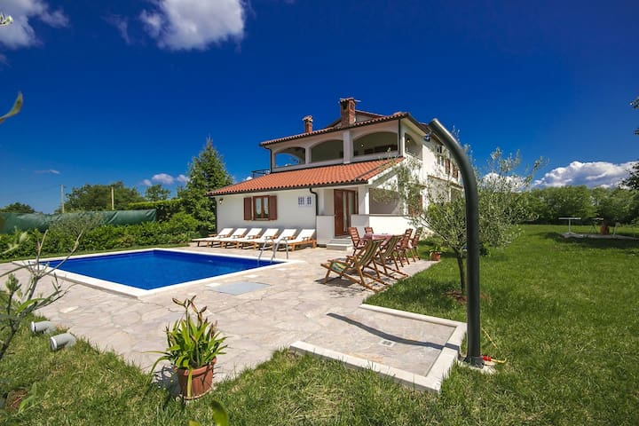 Villa with swimming pool, many amenities and perfect location between Porec and Motovun